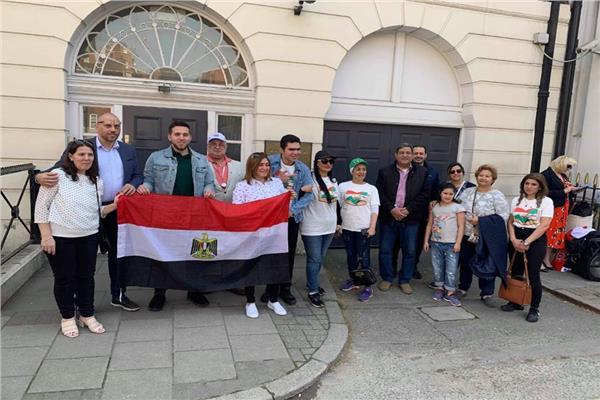 صورة من أمام السفارة بلندن