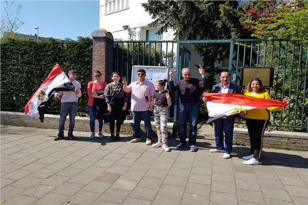 صورة من أمام السفارة بهولندا