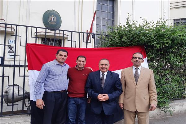 صورة للسفير المصري برومانيا بصحبة المصوتين على استفتاء الدستور