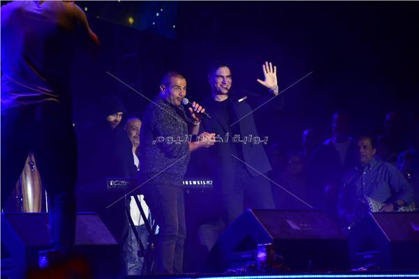 عمرو دياب وأبو هشيمة خلال الحفل
