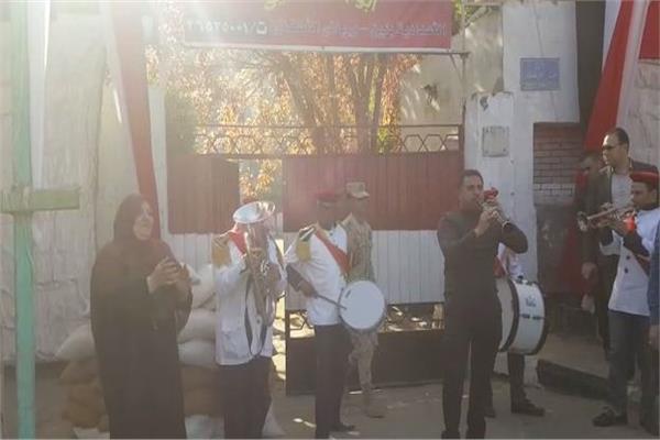 احتفالات بالطبل والمزمار أمام مدرسه أبو بكر الصديق بالمطرية