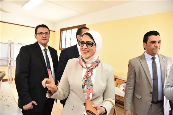 وزيرة الصحة تدلي بصوتها في الاستفتاء