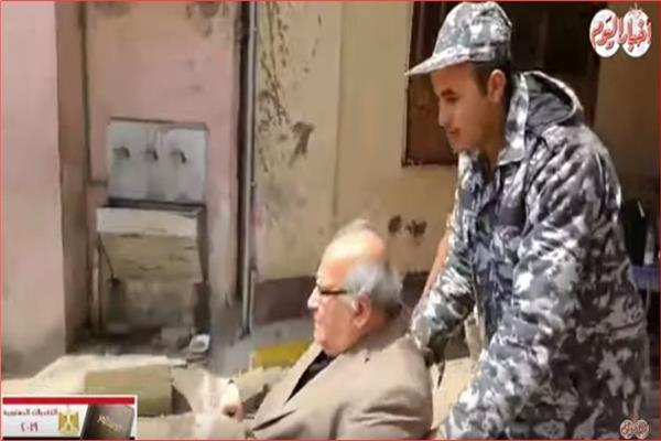 فيديو  كبار السن يتصدرون المشهد في لجان الاستفتاء على الدستور