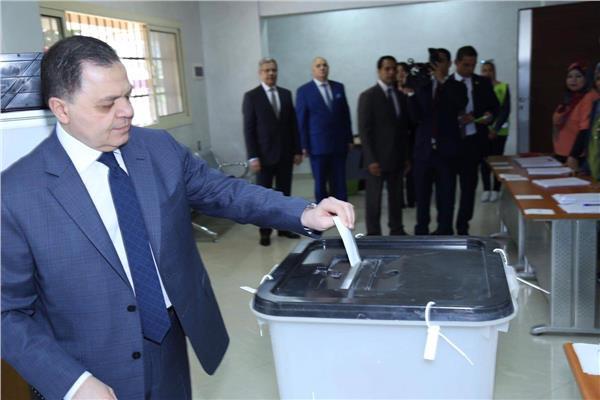 وزير الداخلية يدلى بصوته فى الإستفتاء على التعديلات الدستورية