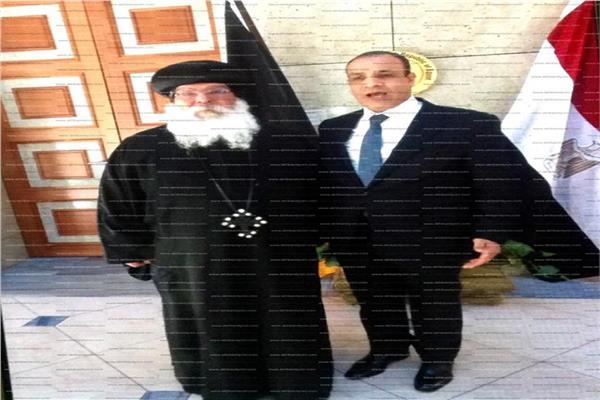 السفير بدر عبد العاطي مع أسقف الكنيسة القبطية