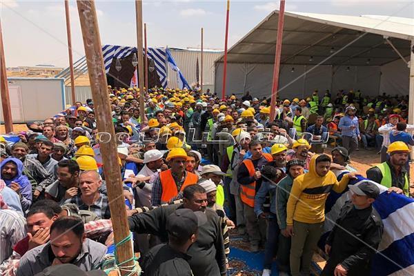 بالسترات والخوذات الصفراء.. عمال مصر أيقونة أول يوم بالاستفتاء