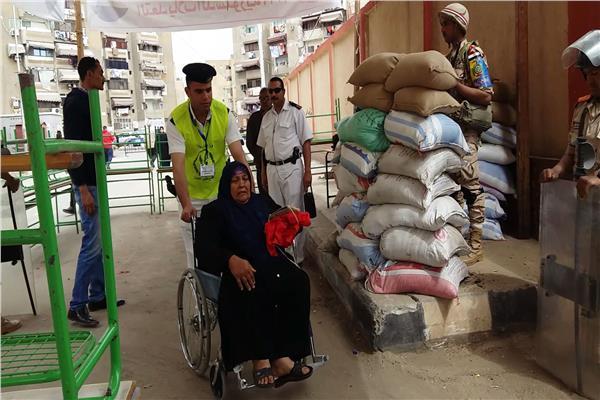 الشرطة والجيش يساعدون المسنين وذوى الاحتياجات الخاصة