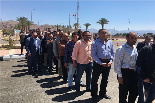 طوابير بمطار طابا في أولى أيام الاستفتاء  على الدستور