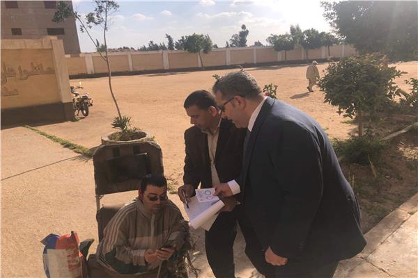 مستشار يتوجه الى خارج لجنته لمساعدة معاق على التصويت بكفر الشيخ
