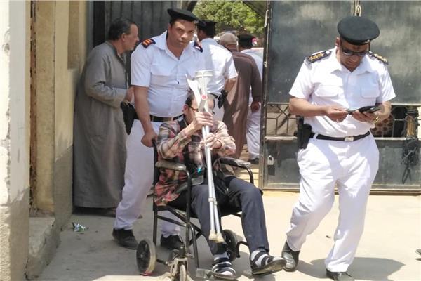 الجيش والشرطة يحملون الناخبين على كفوف الراحة