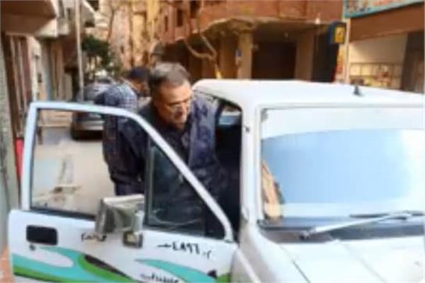 الجيزة تخصص سيارة لنقل مسن للإدلاء بصوتة في الاستفتاء