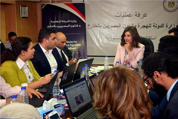 غرفة عمليات وزارة الهجرة بقيادة الوزيرة نبيلة مكرم