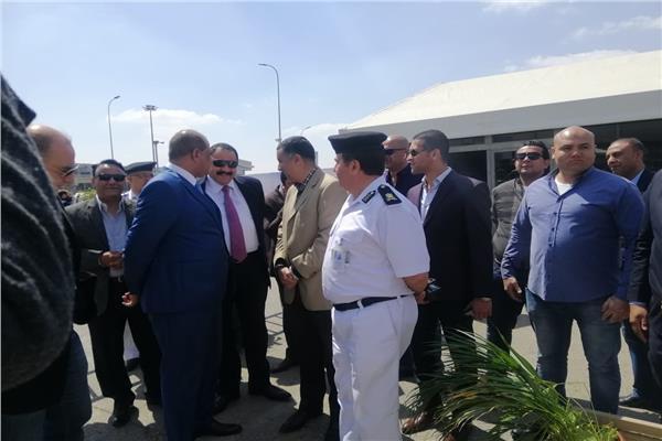 مدير امن المطار اثناء تفقده تامين لجان الاستفتاء بالمطار