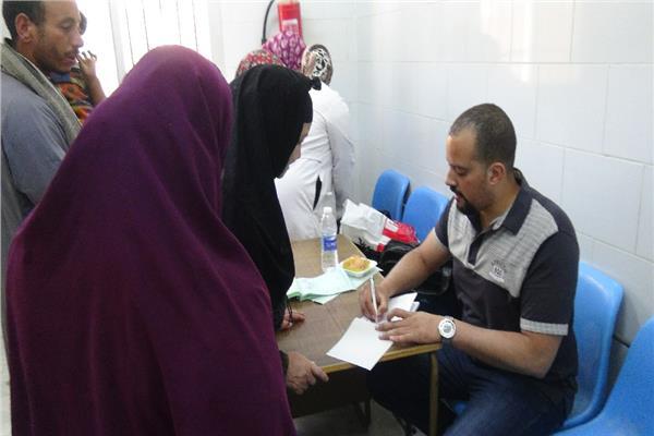 محافظ المنيا يتابع الاستفتاء من غرفة العمليات