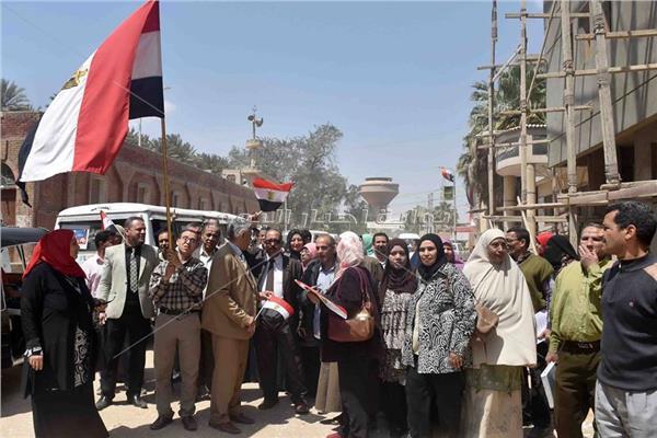 زوجات الشهداء والمسنين بالشرقية يشاركون في الاستفتاء