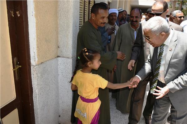 محافظ أسوان يتفقد لجان دراو ونصر النوبة وكوم أمبوويشيد بإقبال كبير من السيدات وكبار السن