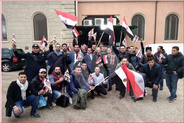 أبناء الجالية المصرية بإيطاليا يحتشدون للمشاركة في الاستفتاء