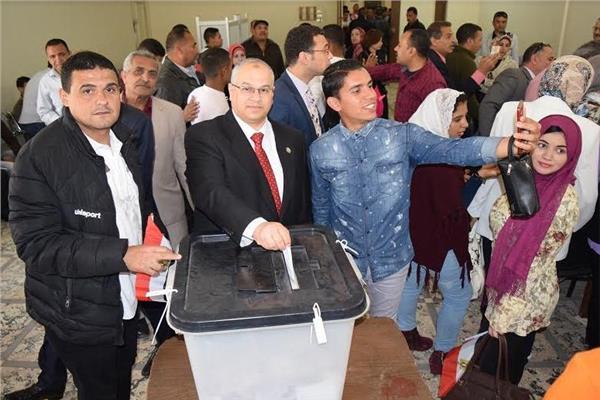 رئيس جامعة بني سويف يدلي بصوته في الاستفتاء