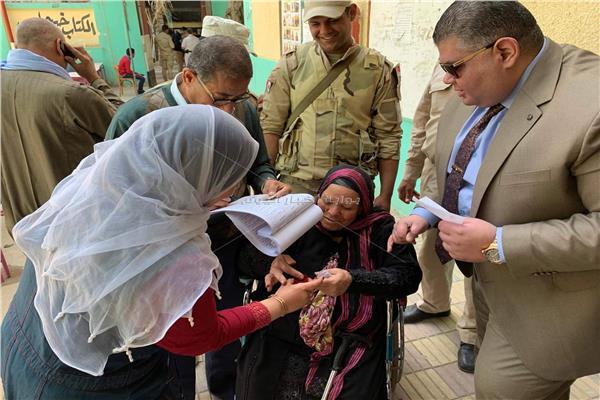 رئيس لجنة بطنطا يساعد كبار السن على التصويت في الاستفتاء