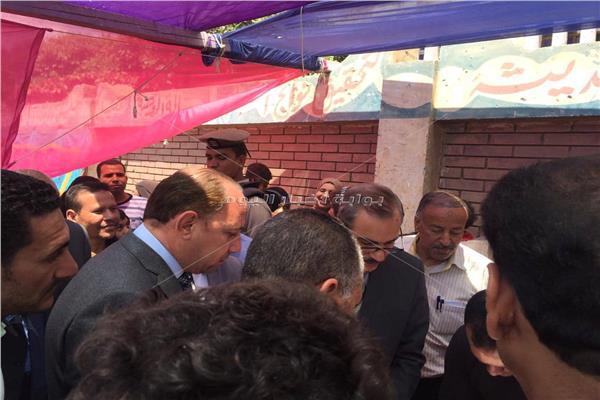 محافظ أسيوط يشيد باقبال المواطنين فى ديروط للمشاركه فى الاستفتاء..صور