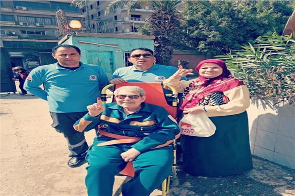 عمليات الجيزة تسجيل لطلب مسن وتنقله لمقر لجنته الانتخابية