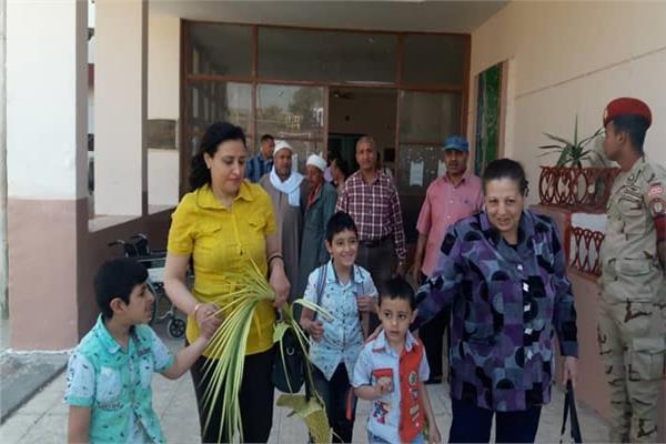 أقباط أسيوط يشاركون في الاستفتاء بسعف النخيل: التصويت واجب ديني
