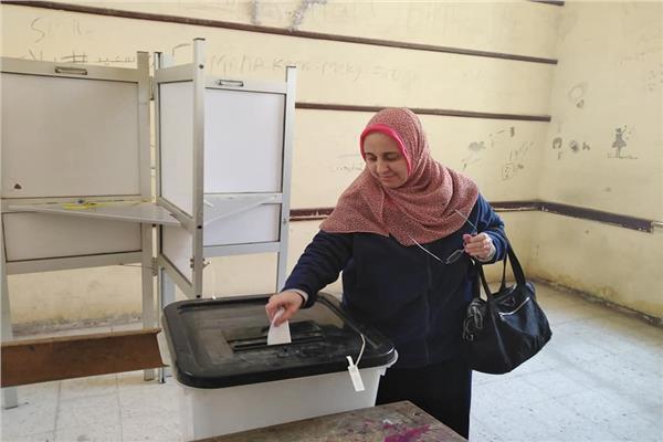 صور.. سيدات حلوان تزين الاستفتاء على التعديلات الدستورية