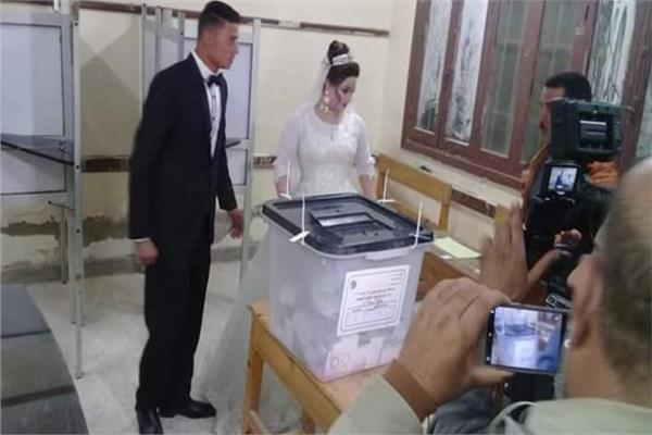 العروسان داخل اللجنة الانتخابية
