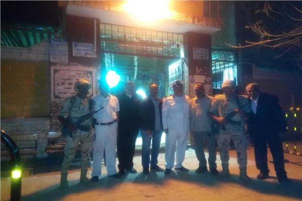 صورا تذكارية مع أفراد الجيش والشرطة