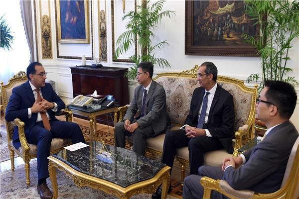 رئيس الوزراء و نائب رئيس هواوي و وزير الاتصالات خلال اللقاء