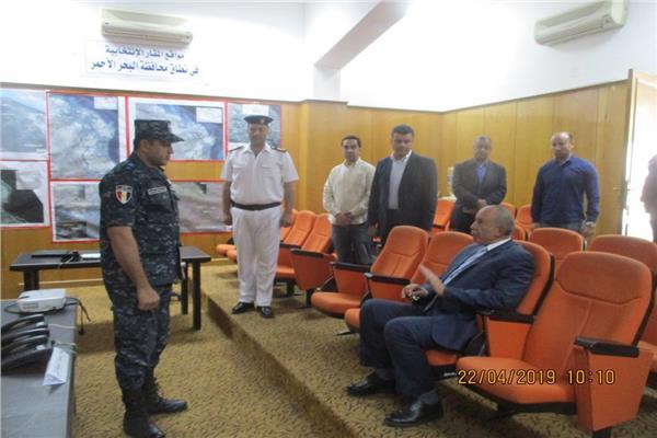 اللواء أحمد عبدالله محافظ البحر الأحمر خلال تفقده مركز القيادة الرئيسي