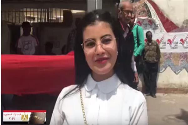 «ياحبيبتي يا مصر».. «نجاة» تطرب الناخبين أمام لجان مصر الجديدة