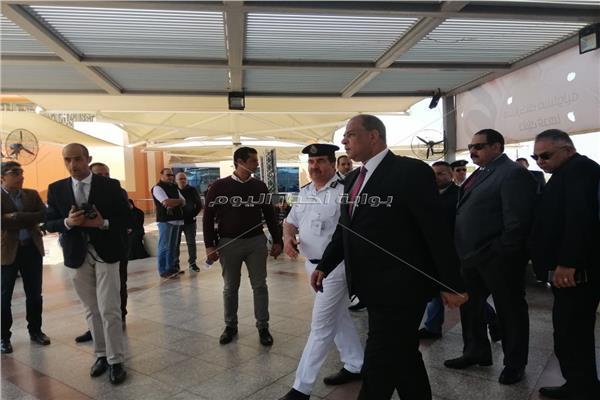مدير امن المطار اثناء تفقده لجان الاستفتاء علي التعديلات الدستورية بالصالات