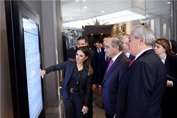 وزيرة الاستثمار في جولة مع الوفد القبرصي بمركز خدمات المستثمرين