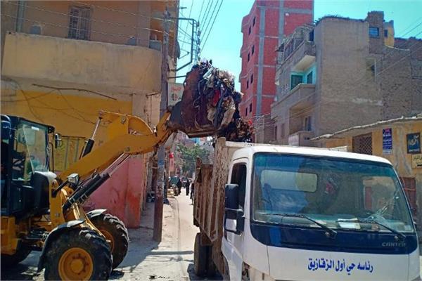 البيئة ترفع المخلفات بأحد شوارع الزقازيق استجابة لشكاوى المواطنين