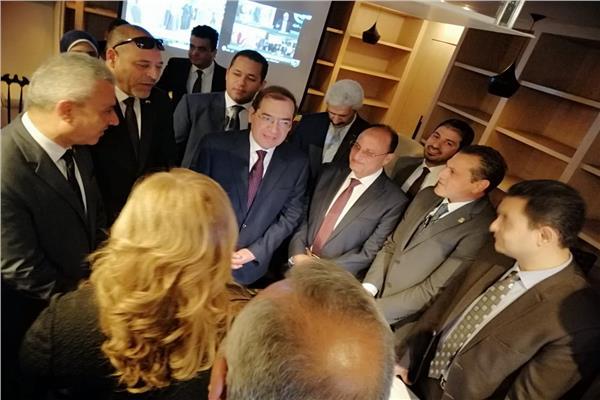 وزير البترول يتابع الاستفتاء من داخل غرفة العمليات