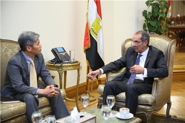 وزير الاتصالات خلال اللقاء مع ممثل شركة LG العالمية