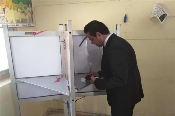 نائب محافظ القاهرة يدلي بصوته بمدينة نصر