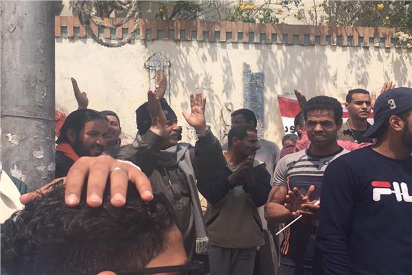 على أنغام «تسلم الأيادي».. المئات يشاركون في الاستفتاء بمصر الجديدة