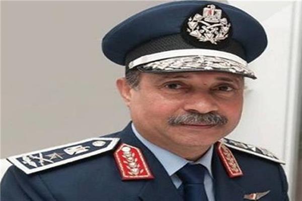 الفريق يونس المصرى وزير الطيران المدنى