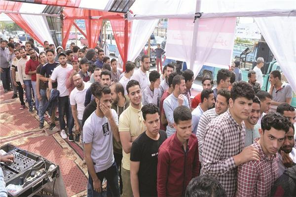 طوابير الشباب في الاستفتاء على التعديلات الدستورية