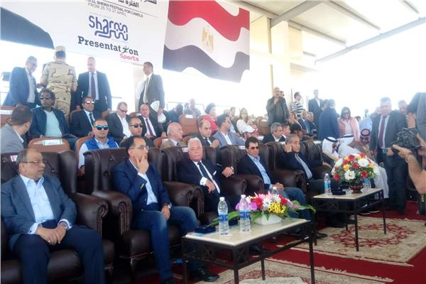 رئيس الوزراء وعدد من الوزراء أثناء إفتتاح مضمار الهجن