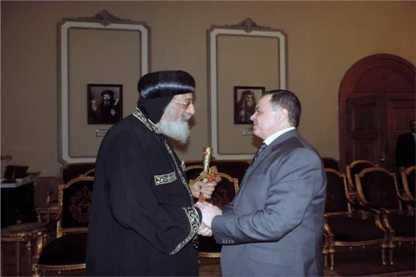 قداسة البابا تواضروس ووزير الداخلية اللواء محمود توفيق - أرشيفية
