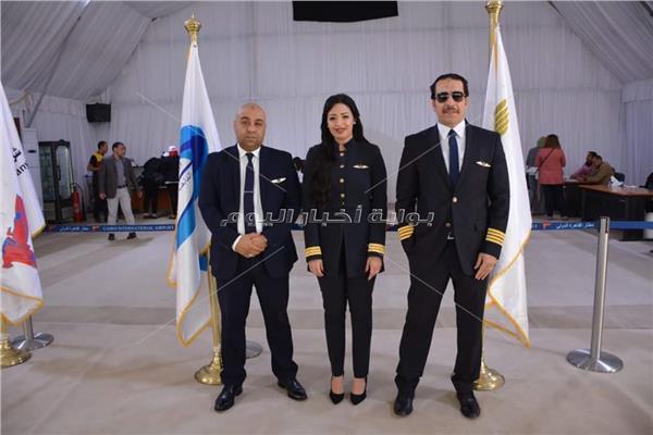 توافد العاملين على لجان مطار القاهرة للمشاركة في الاستفتاء