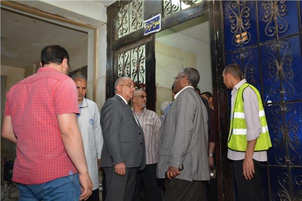 دكتور طارق الجمال رئيس جامعة أسيوط خلال التفتيش على قسم الطوارئ