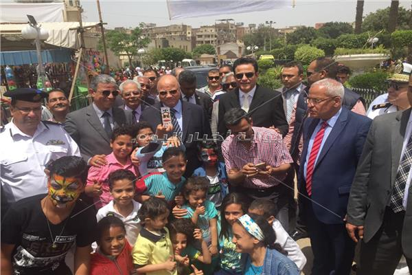 محافظ القاهرة وسط أطفال حديقة الفسطاط