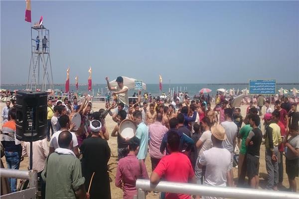 احتفالات شم النسيم بالمزمار والطبل البلدي على شواطئ رأس البر