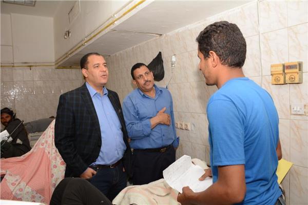 د. شحاته غريب نائب رئيس الجامعة خلال زيارته للطالب بالمستشفي