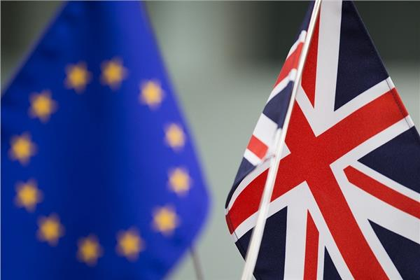 علما بريطانيا والاتحاد الأوروبي