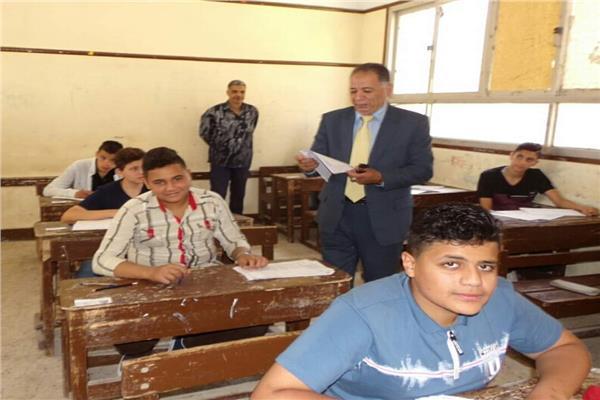 وكيل وزارة التربية والتعليم اثناء تفقد لجان الامتحانات